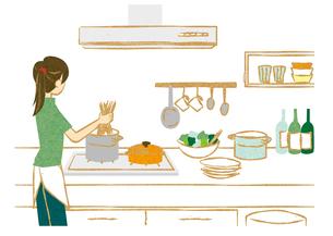 キッチンでパスタを茹でる女性の写真素材 [FYI00125991]