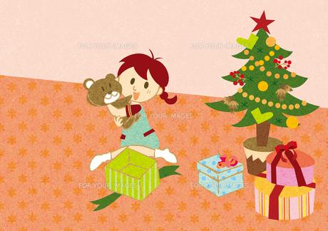 クリスマスプレゼントを開ける女の子の素材 [FYI00126010]