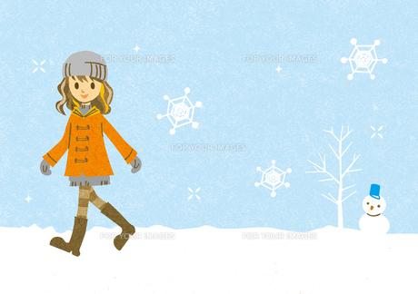 雪の中を歩く女の子と雪ダルマの素材 [FYI00126013]