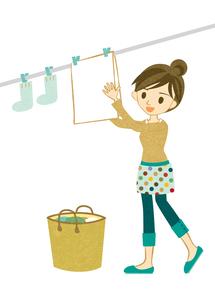 洗濯物を干す主婦の素材 [FYI00126017]