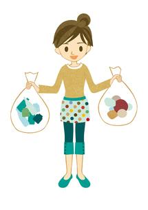 ゴミを分別する主婦の写真素材 [FYI00126024]