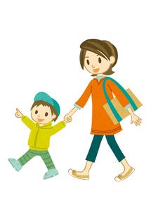 手をつないで散歩する母子の素材 [FYI00126050]