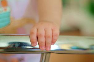 体を支えている赤ちゃんの手の写真素材 [FYI00126100]