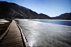 薄氷の榛名湖の写真素材 [FYI00126111]