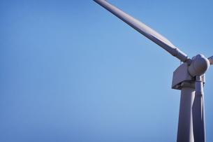 青空と風力発電の写真素材 [FYI00126118]