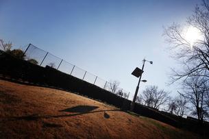 太陽と青空と風車のシルエットの写真素材 [FYI00126125]