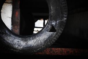 朽ちたタイヤの写真素材 [FYI00126127]