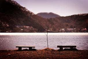 夕焼けの榛名湖とベンチの写真素材 [FYI00126130]