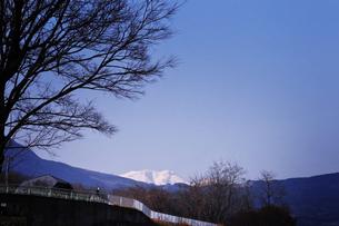 青空と雪山と人の写真素材 [FYI00126133]