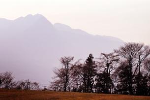 夕日に染まる山並みの写真素材 [FYI00126141]