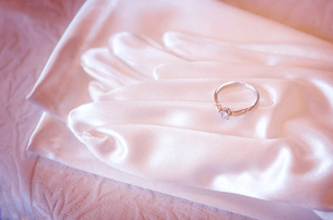 花嫁の手袋と結婚指輪の写真素材 [FYI00126174]