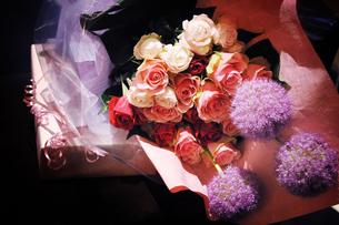 花束とプレゼントの写真素材 [FYI00126178]