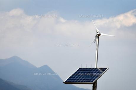 風車とソーラーパネルの素材 [FYI00126204]