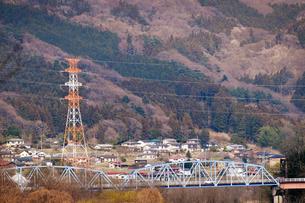 青い橋と山並みの写真素材 [FYI00126227]