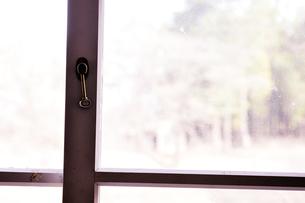 古い窓枠と鍵の写真素材 [FYI00126287]