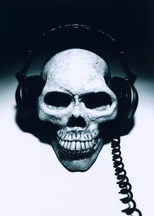 ドクロとヘッドフォンの写真素材 [FYI00126352]