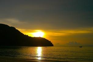 ピピ島の夕日の写真素材 [FYI00126501]