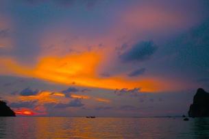 ピピ島の夕焼けの写真素材 [FYI00126507]