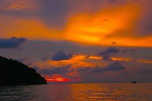 ピピ島の夕焼けの写真素材 [FYI00126525]