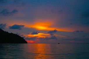 ピピ島の夕焼けの写真素材 [FYI00126527]