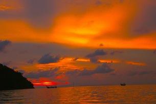 ピピ島の夕焼けの写真素材 [FYI00126534]
