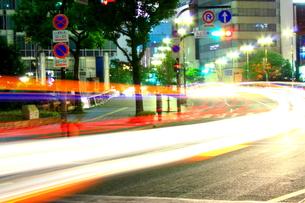 夜の道路の素材 [FYI00127003]
