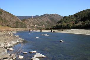 四万十川と沈下橋の写真素材 [FYI00127377]