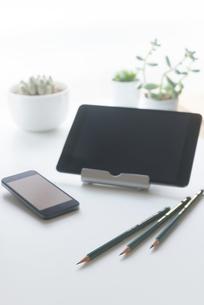 タブレットPC・スマートフォン・鉛筆・観葉植物・デスクの写真素材 [FYI00127913]
