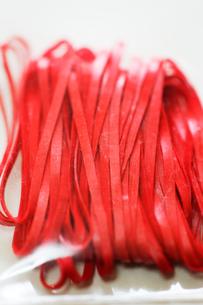 赤い輪ゴムの写真素材 [FYI00127958]