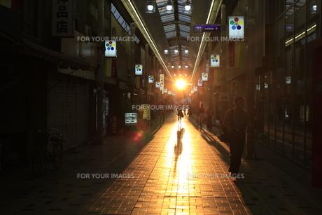 夕日の商店街の写真素材 [FYI00128004]