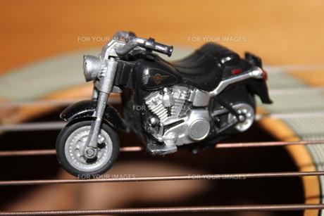 バイクの玩具とギターの写真素材 [FYI00128050]