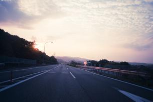 夕暮れの高速道路の写真素材 [FYI00128147]