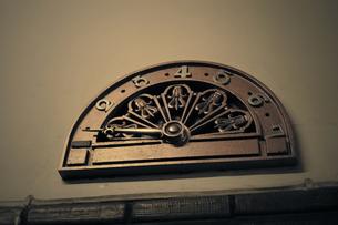 古いエレベーターの階数表示板の写真素材 [FYI00128151]