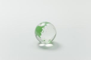 ガラス玉の地球の写真素材 [FYI00128154]