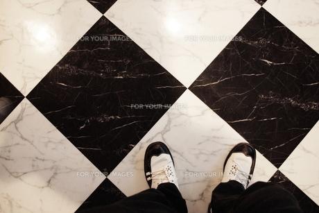 白黒の床と靴の素材 [FYI00128362]