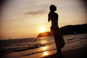 夕日に佇む女性の素材 [FYI00128364]