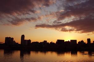 多摩川の夕日の素材 [FYI00128370]