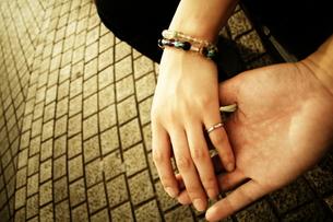 手を繋ぐ男女の写真素材 [FYI00128387]