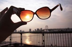 夕日とサングラスの素材 [FYI00128394]