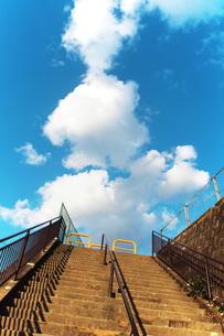 空に向かう階段の素材 [FYI00128456]