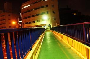夜の歩道橋の素材 [FYI00128467]