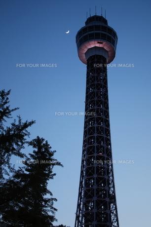三日月とマリンタワーの写真素材 [FYI00128474]