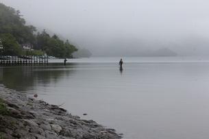 霧の中禅寺湖の写真素材 [FYI00128637]