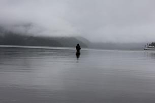 霧の中禅寺湖の写真素材 [FYI00128645]