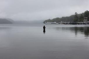 霧の中禅寺湖の写真素材 [FYI00128660]