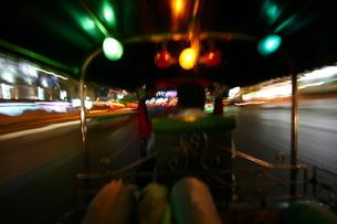 タイのトゥクトゥクからの写真素材 [FYI00128775]