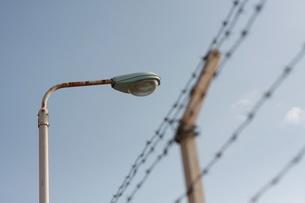柵と街灯の写真素材 [FYI00128964]