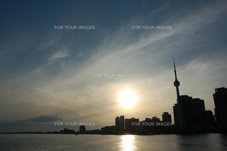 トロントの街に沈む太陽の写真素材 [FYI00131425]
