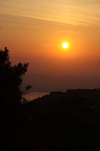 湾から上る朝日の写真素材 [FYI00131430]