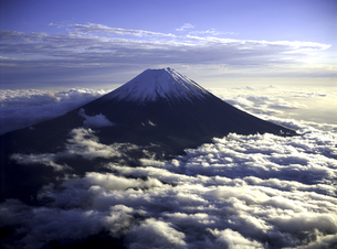 夕日を浴びる富士山の写真素材 [FYI00131441]